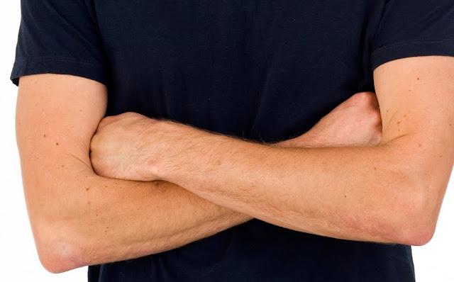 Bras croisés - T-Shirt - Bleu
