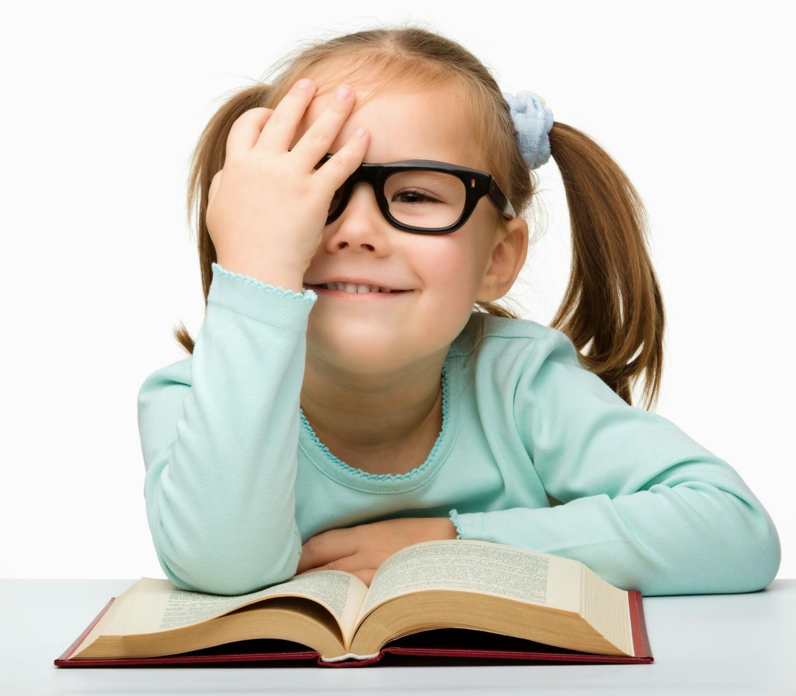 Foto bayi sedang baca buku lucu banget