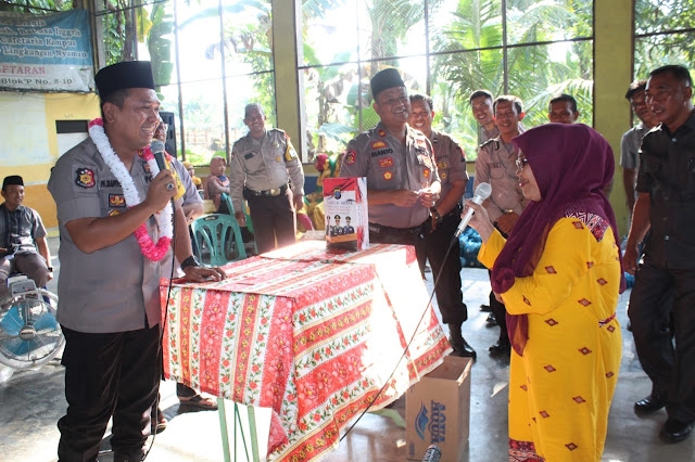 Kapolres Asahan AKBP Faisal Napitupulu saat mrmberikan bantuan ke warga.