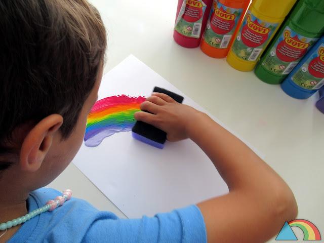 Dibujando un arcoíris con una esponja empapada en témperas