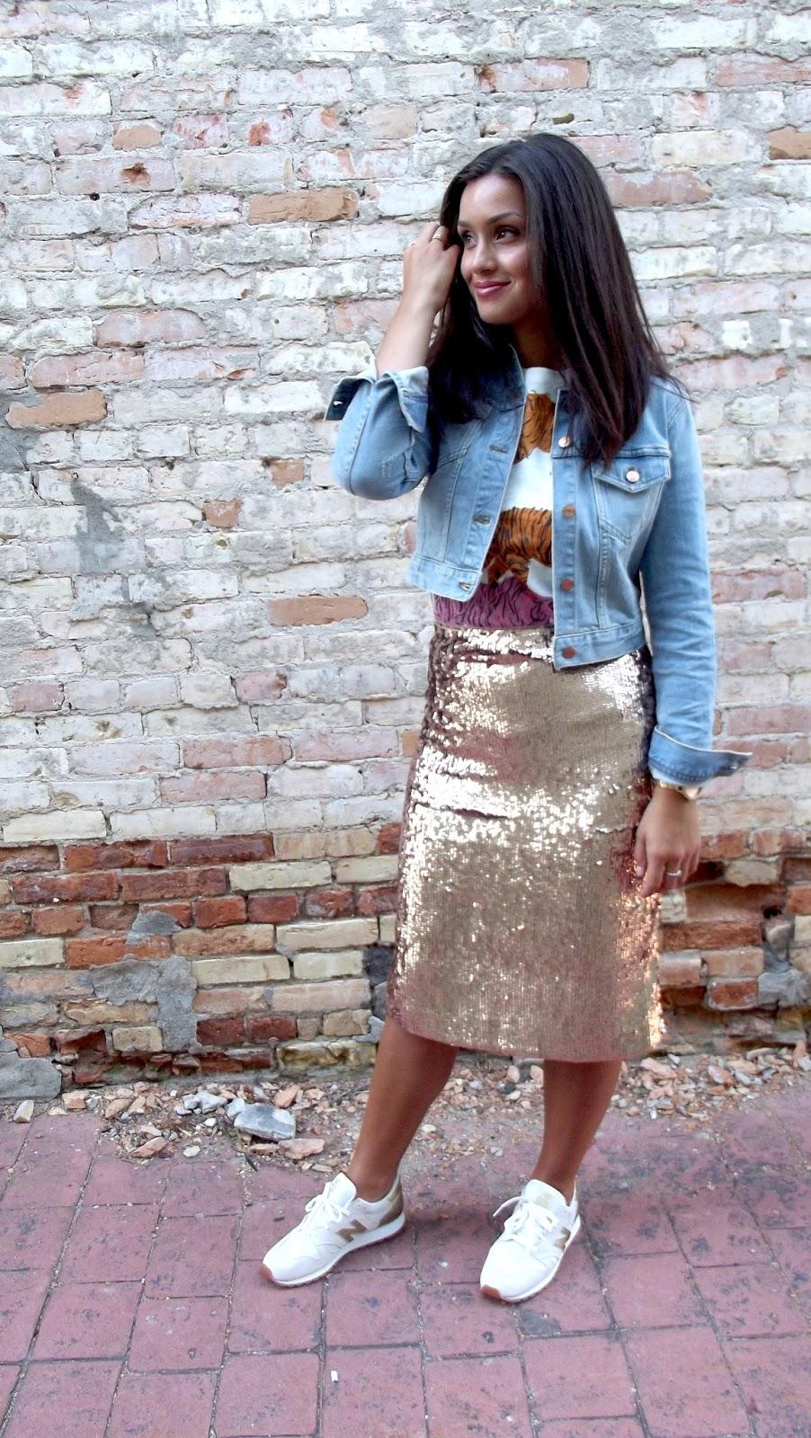 Sequin gold skirt with denim shirt foto