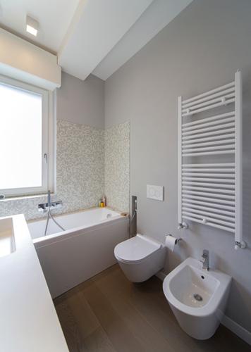 Interior relooking bagno lungo e stretto vasca o doccia - Bagno stretto e lungo disposizione sanitari ...