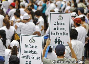 Marchan de cristianos por una familia bíblica