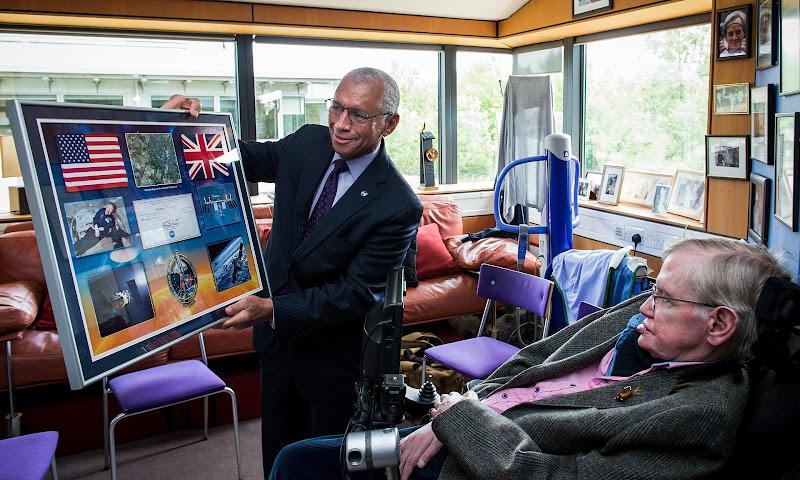 Giám đốc Charles Bolden của NASA gặt Stephen Hawking tại Khoa Toán học ứng dụng và Vật lý lý thuyết của trường Đại học Cambridge. Hình ảnh: Alamy Stock Photo.