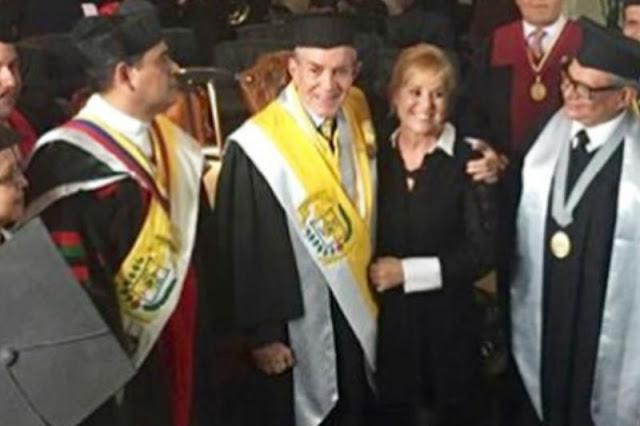 Gilberto Correa aparece vestido nuevamente con Toga y Birrete