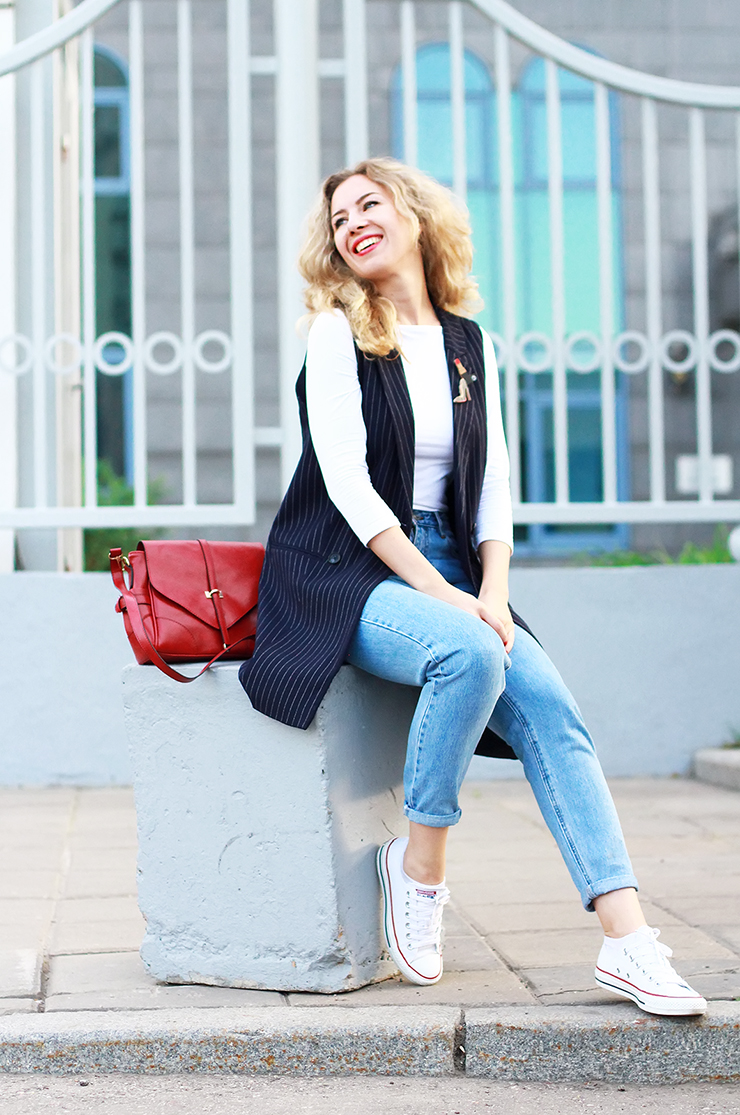 margarita_maslova_mom_jeans_lips_blue_jacket_converse_red_bag_