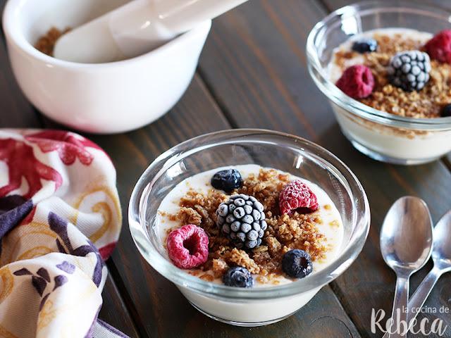 Yogur con muesli y frutos rojos
