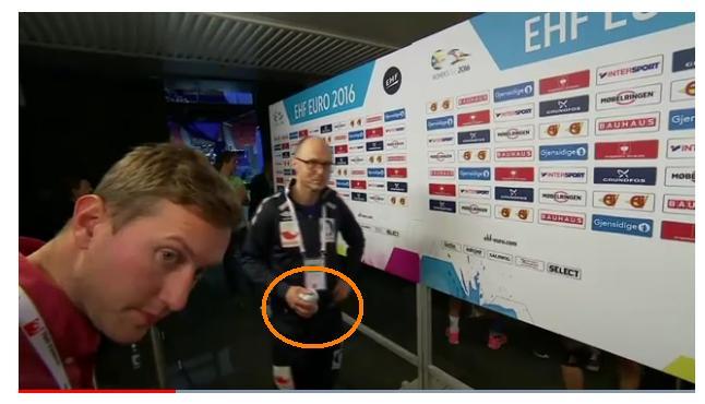 Médico noruego con muestra del control antidoping
