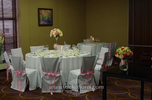 Różowa dekoracja wesela w hotelu De Silva Opole pokrowce na krzesła