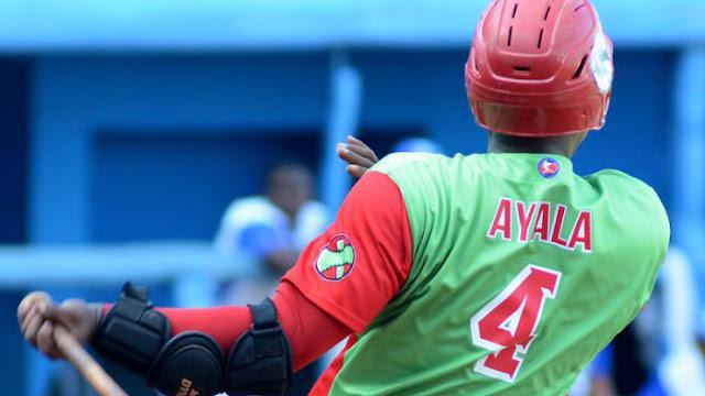 Alexander Ayala sacó dos pelotas más allá de los límites para remolcar cuatro carreras