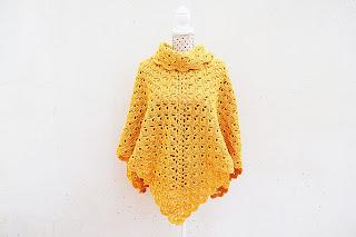 Imagen del poncho amarillo a crochet terminado.