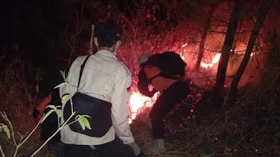 Upaya pemadaman kebakaran oleh petugas dan relawan secara manual. Foto : BPBD Kuningan.