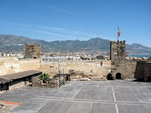 Zamek w Fuengiroli znajduję się przy samym końcu miasta
