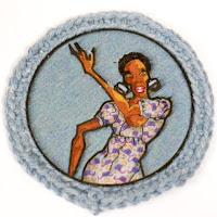 Broche ilustrado en azules