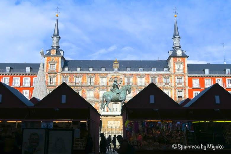 マドリードのマヨール広場のクリスマスマーケットに囲まれるフェリペ3世の騎馬像