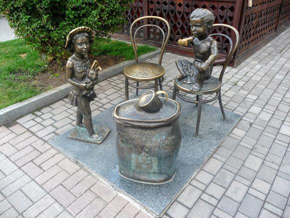 Суми. Воскресенська вул. Скульптура ласунів. Данина пам'яті цукрового бізнесу Харитоненків, завдяки якій місто досягло процвітання в 19 ст.