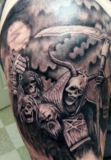 Grim Reaper tatuagem com chifres. Nessa representação, o reaper é associado com o mal e tem chifres como ele leva junto os crânios dos mortos s de um lado, e a foice na outra.