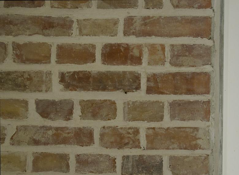 zaprawa wapienna na ścianie z cegły