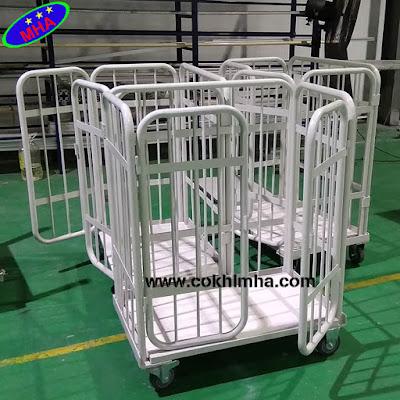 Xe chứa liệu trong xưởng sản xuất