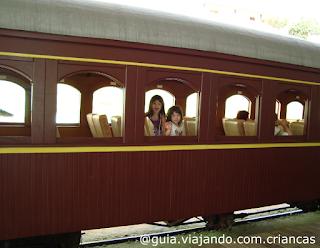 Amanda e Sofia no trem.