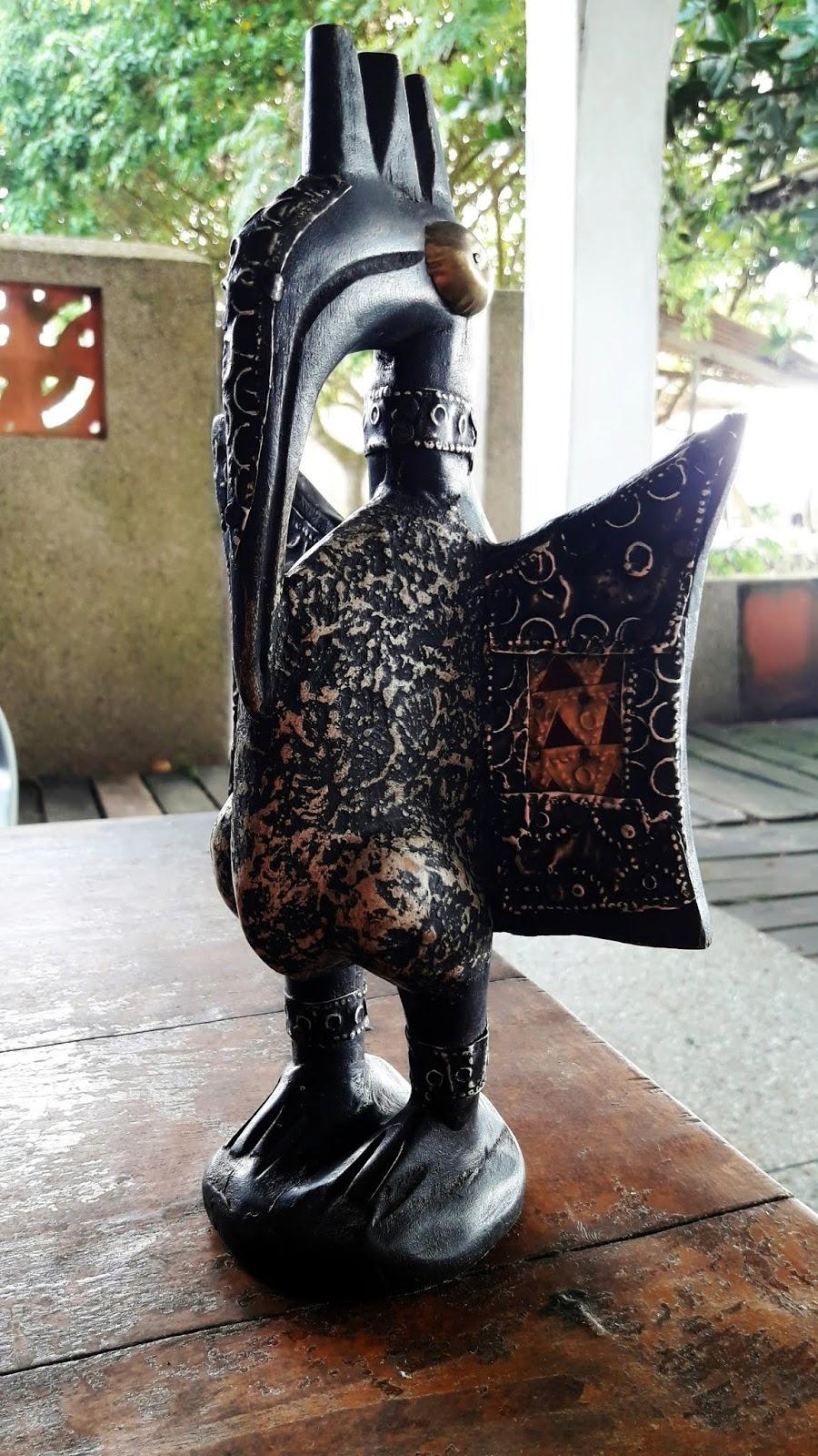 Sculpture Femme Ronde Colorée ghana : entre busua inn et ezile bay village