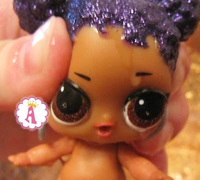 У куклы L.O.L. Сиреневая Королева текут слезы из глаз от воды