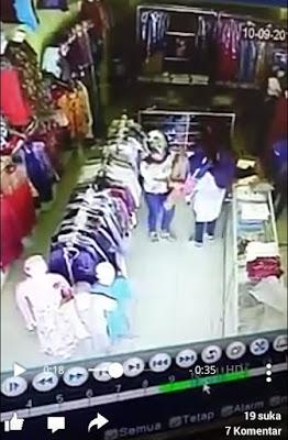 Waduh,,,Wanita ini Terekam CCTV Saat Mencopet Dompet Pengunjung Sebuah Toko di Sungaipenuh
