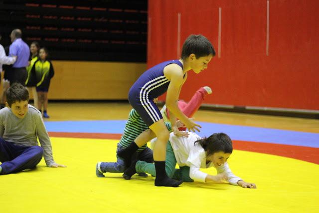 Los niños juegan en el torneo de lucha de 2015