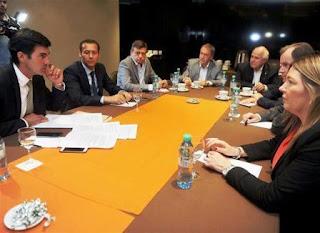 Los mandatarios resolvieron el rechazo en una cumbre en un hotel; el impacto fiscal que tendría el proyecto opositor fue decisivo