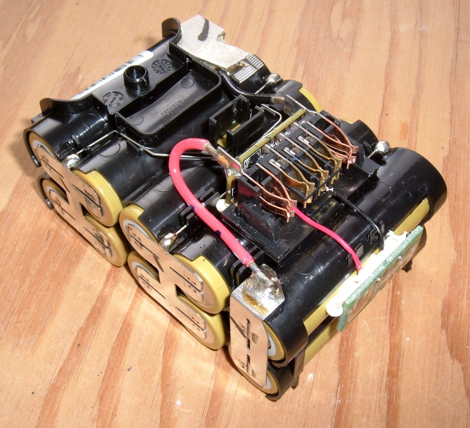 Syonyks Project Blog Dewalt 20v Max 30ah Battery Pack Teardown The Kill Switch Be Hooked Up Positive Or Negative To Led Board Is Secured With Some Sort Of Goop Its Not Going Anywhere