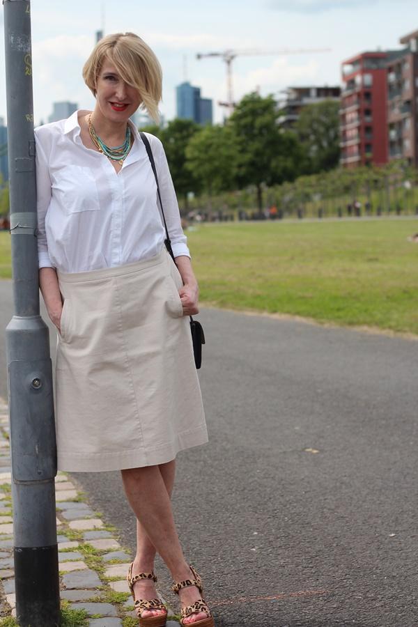 Basics im Schrank: klassische weiße Bluse - Glam up your
