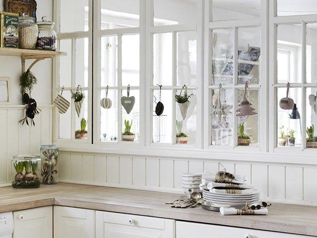 detalle adornos en cristalera de la cocina