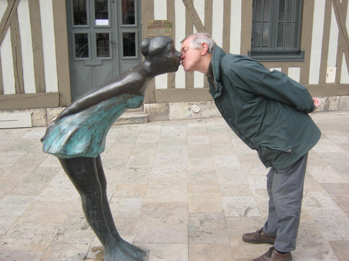 Dating fata pe Troyes Grave de celibataire