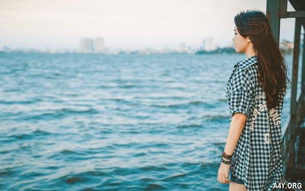 cô gái đứng 1 mình trước biển