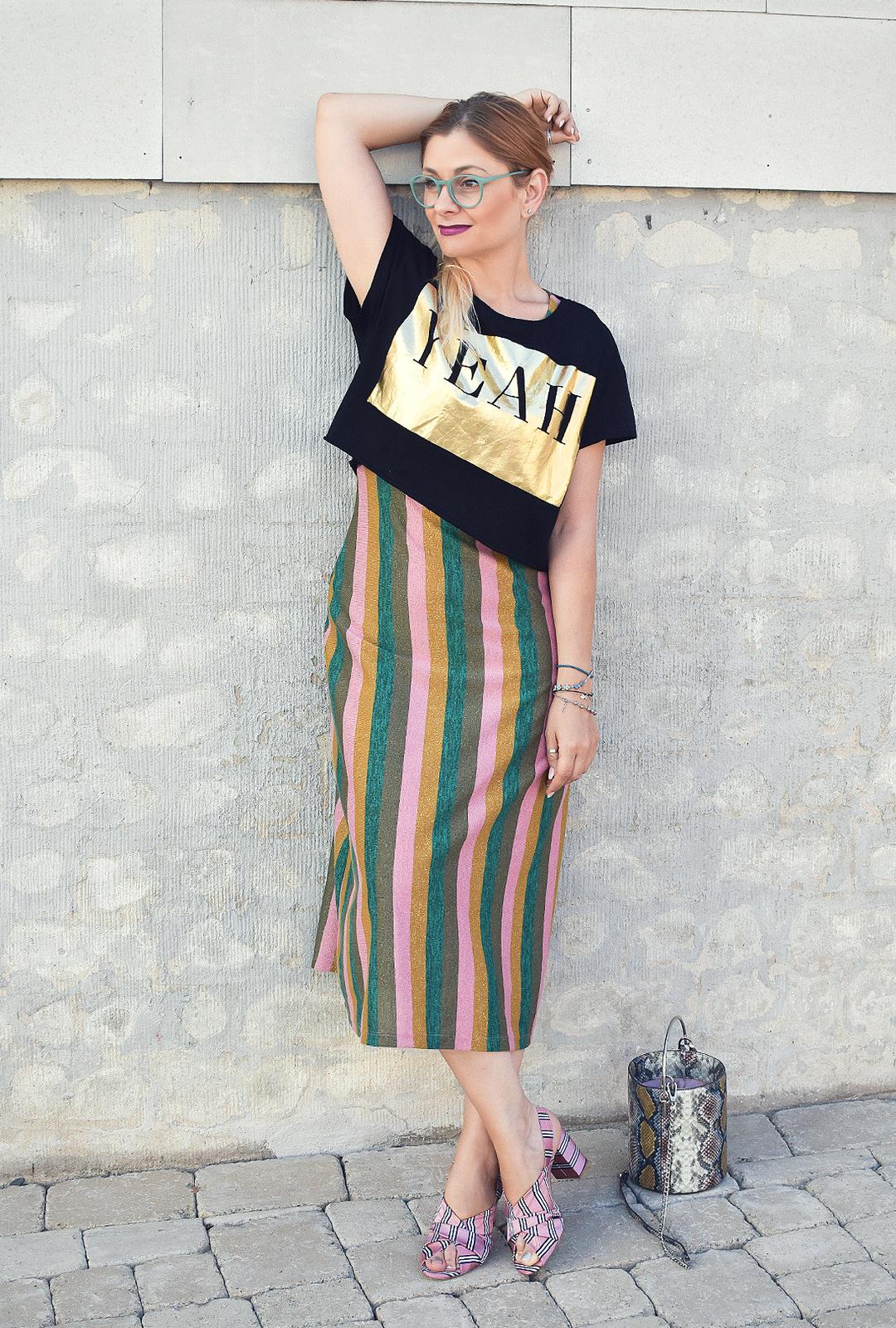 gestreiftes Kleid für Frauen / wie kombiniert man ein Crop Top?