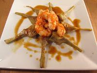 Corazones de alcachofas salteadas al wok y gambas