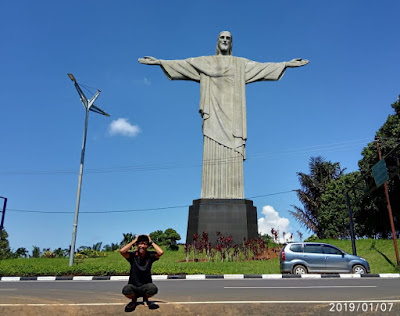 Gambar: Hasil edit (Berfoto dekat patung Yesus. Faktanya, patung tidak ada)