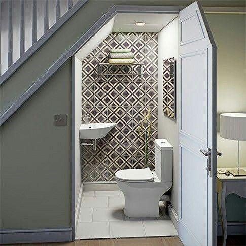 Baño de invitados bajo la escalera