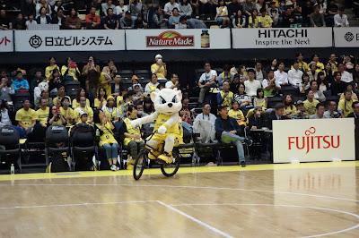 サンロッカーズ渋谷のサンディーが自転車に乗っている