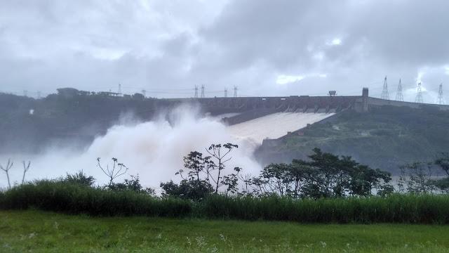 Comportas abertas na Usina Itaipú.