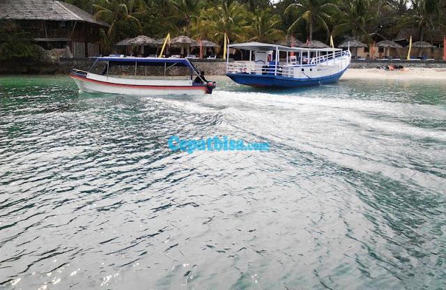 perahu di pantai, mari berlibur ke pantai bareng anak,