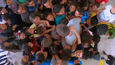 Estudantes abraçam o apresentador — Foto: TV Globo