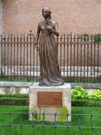 Estatua de Catalina de Aragón en Alcalá de Henares