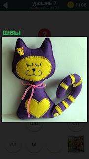 Изображение сшитой кошки со швами по периметру, но другого цвета для выделения