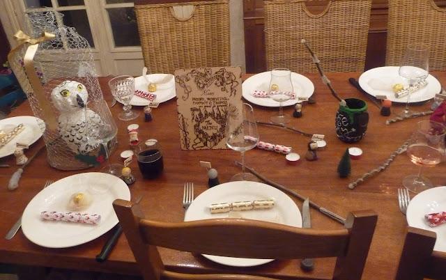 cuill re aiguille et scie sauteuse table no l poudlard christmas at hogwarts harry potter. Black Bedroom Furniture Sets. Home Design Ideas