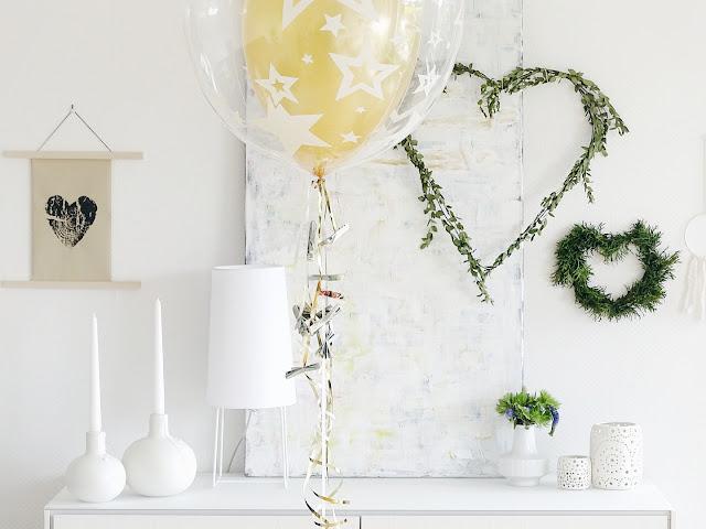 Einfache DIY-Idee für Geldgeschenke als Schleifen gefaltet am Helium-Ballon | www.mammilade.blogspot.de
