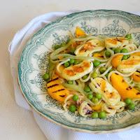 Noodles de pepino com pêssego, ervilhas e queijo cabra