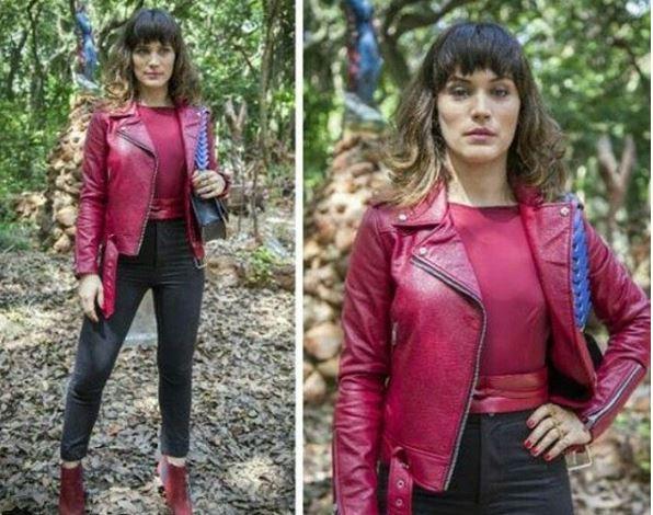 Clara jaqueta vermelha de O Outro lado do Paraíso