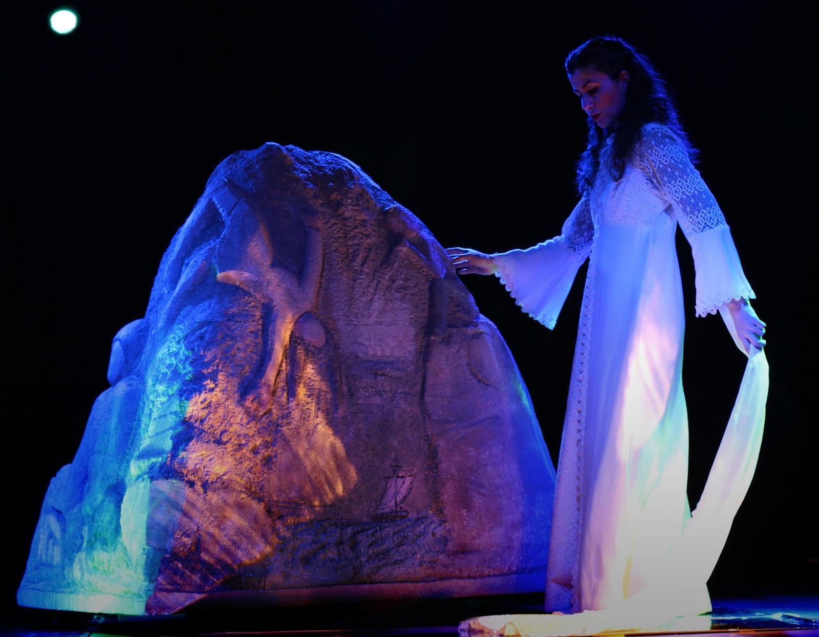 """Η θεατρική παράσταση """"Το Μυρολόγι της Φώκιας – το Καμίνι"""" στο θέατρο του Μύλου"""