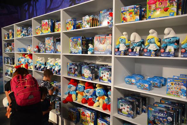 חנוות מזכרות לדרדסים גני התערוכה souvenir shop smurfs tel aviv